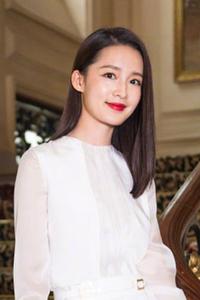 李沁白色短裙秀美腿 长发垂肩女人味十足