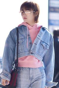 景甜短牛仔外套搭配淡粉色卫衣 粉嫩十足