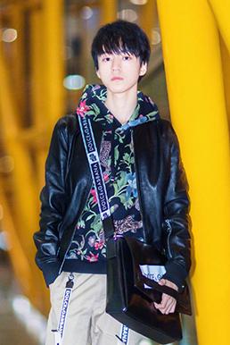 王俊凯现身机场 全身杜嘉班纳服饰出镜青春又有型