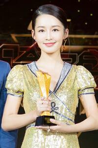 李沁亮相时尚跨界盛典 金色亮片裙抢眼
