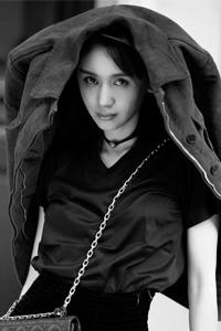 王子文巴黎街头秋意浓 深色系半身纱裙时尚感十足