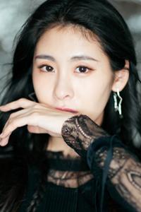 张碧晨身穿薄纱黑裙亮相活动 演绎蕾丝风情的潇洒之美