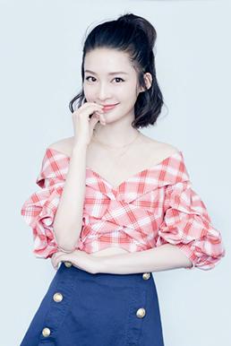 李沁现身《庆余年》发布会 露肩上衣搭牛仔短裙俏皮又性感