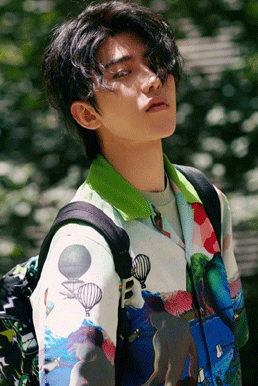 蔡徐坤花衬衫搭配印花双肩背包 化身阳光少年