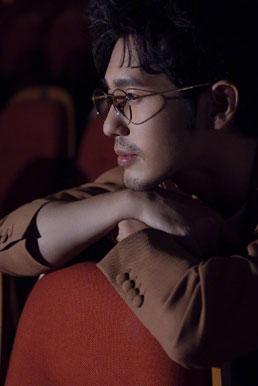 白宇光影写真 姜黄色西装搭配金丝边眼镜超帅气