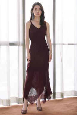 柴碧云现身北京时装周 不对称红裙灵动轻盈很吸睛