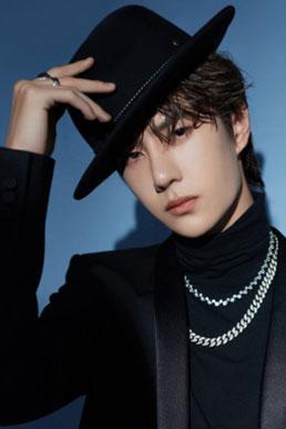 王一博黑色西装搭配黑色礼帽矜贵优雅
