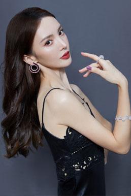 金晨最新气质写真  红裙黑裙别具魅力