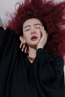 戚薇红发美杜莎 演绎多变魅力