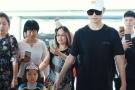 李宇春手牵小粉丝现身机场被围观   弯腰拥抱一脸溺爱!
