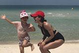 蔡依林和家人沙滩嬉戏晒成黑美人 看似心情大好