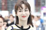 杨紫王俊凯乘坐同班飞机,见大型追星现场表情亮了