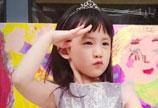 黄磊晒二女儿画作 多妹穿粉色蓬蓬裙敬礼表情可爱