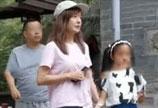 赵薇带女儿进寺庙祈福 9岁小四月皮肤黝黑身高直逼赵薇