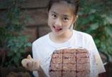 多多亲手制作布朗尼蛋糕 小厨师有模有样