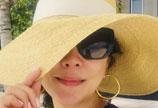 刘嘉玲晒优雅自拍照 墨镜遮面戴草帽度假风十足