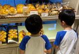 林志颖带双胞胎儿子买面包 网友:这站姿太乖巧了吧!