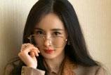 杨幂金丝眼镜造型复古又优雅 网友:杨幂真的太会穿了