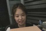 权志龙在Jennie直播出现 对镜头微笑酷帅十足