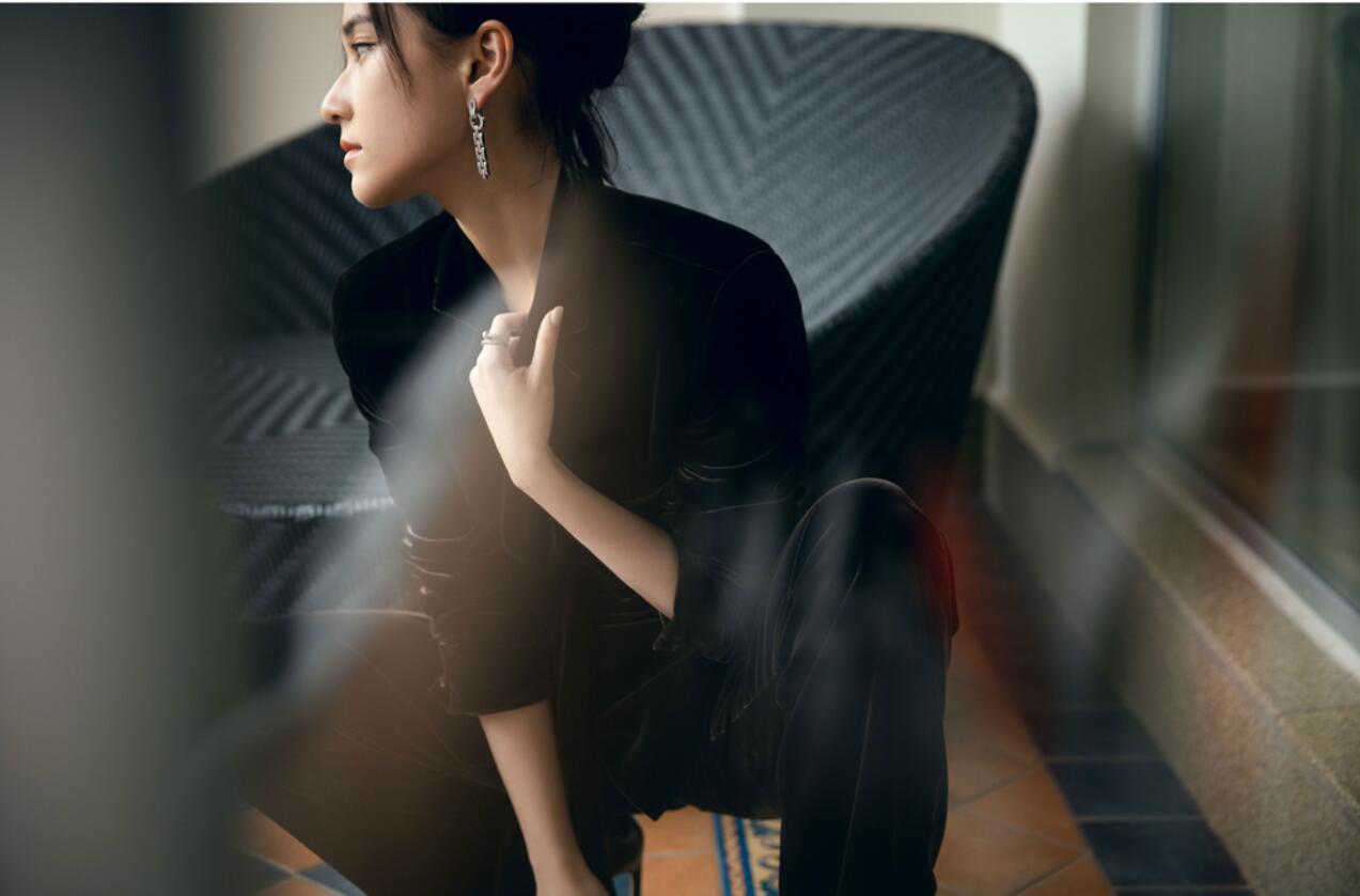 【蜗牛棋牌】何超莲出席时尚盛典 深棕丝绒套装演绎酷女孩的时髦态度