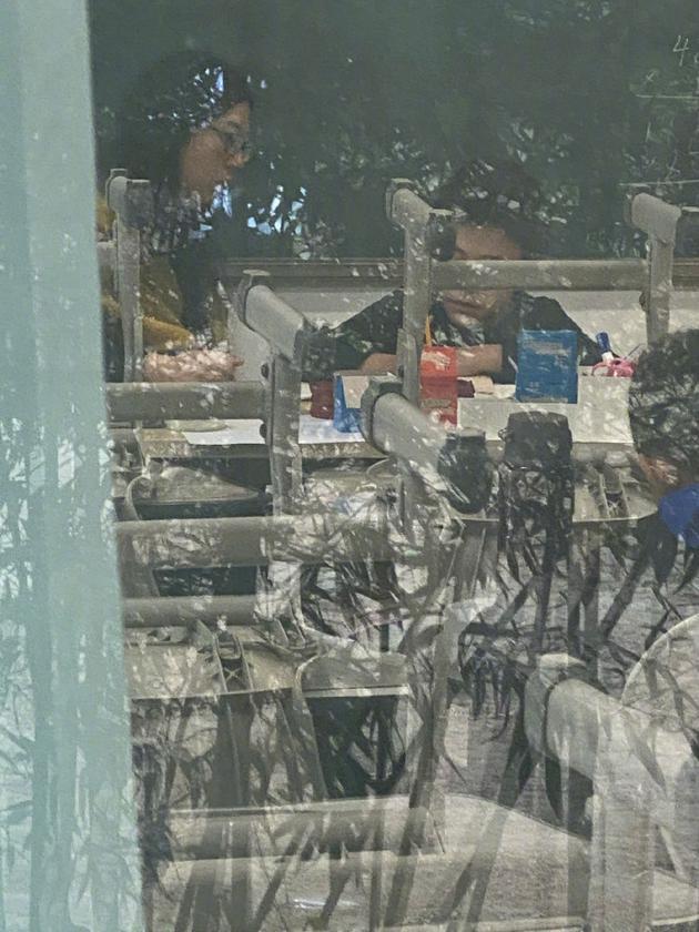 刘烨接诺一放学在窗外偷拍 自侃拍出狗仔队即视感