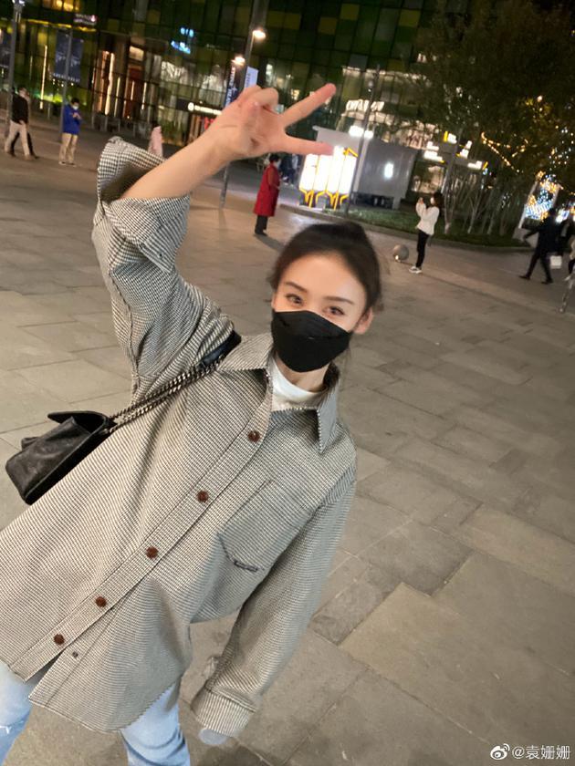 袁姗姗收工后全副武装低调逛街 穿格子衫私服有品