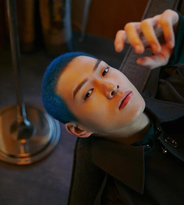 杨幂绯闻男友魏大勋晒新造型,蓝色寸头显个性