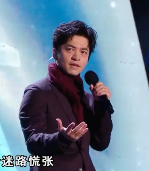 李健唱完就穿上了棉袄 用行动证明有多冷