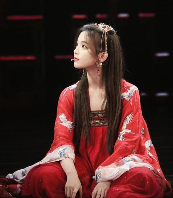 杨超越退团后,终于又表演唱跳了!红衣汉服美出新高度