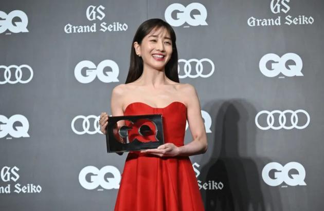 田中美奈实红裙亮相活动 采访环节直呼想拍恋爱剧