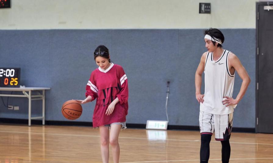 萧亚轩陪小16岁男友黄皓打球 如校园偶像剧