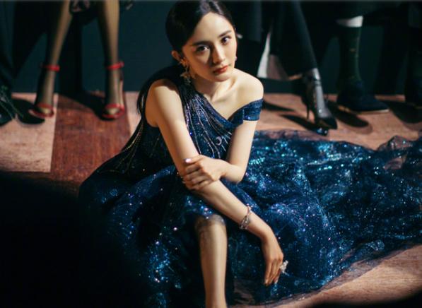 """杨幂穿运动鞋走红毯,没想到还是""""摔倒""""!摄影师拍下绝美一刻"""