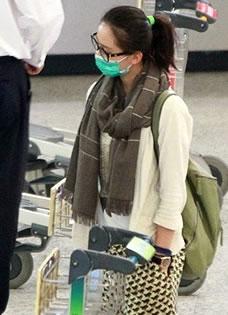 刘诗诗机场被偷拍照曝光 戴口罩遮不住明星范