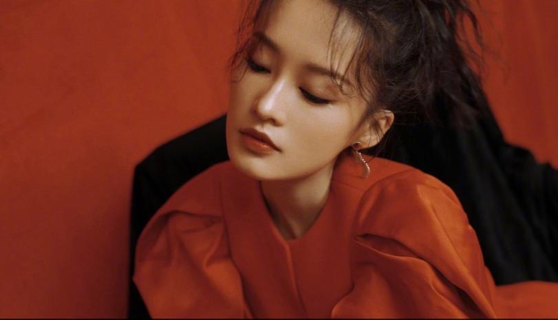 李沁穿红裙戴皮手套又飒又美
