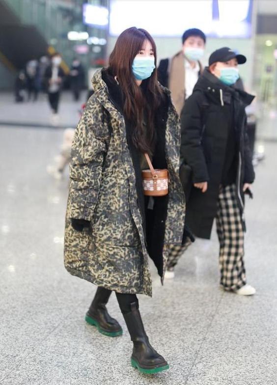 赵露思豹纹大衣配黑色皮靴现身机场 满满少女感