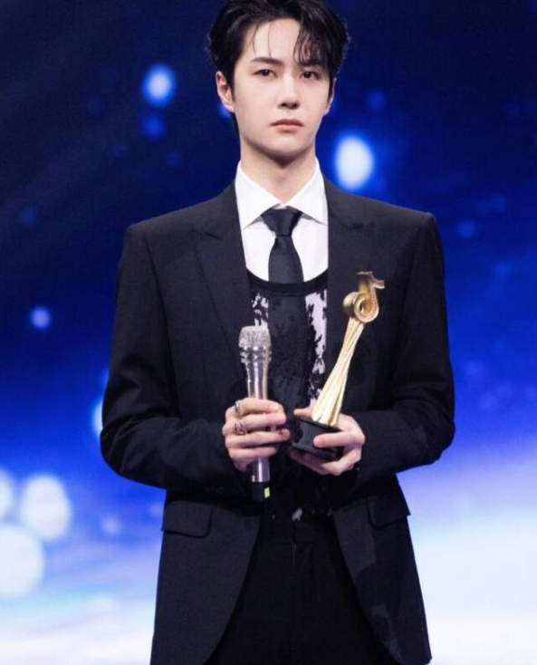 王一博获得湖南台年度艺人,努力工作,不断突破自己,未来可期