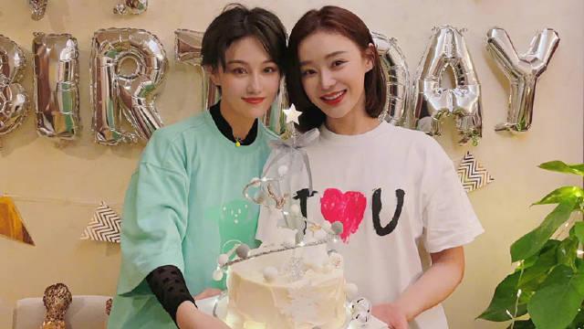 张馨予陪袁姗姗过生日 手捧蛋糕姐妹情深
