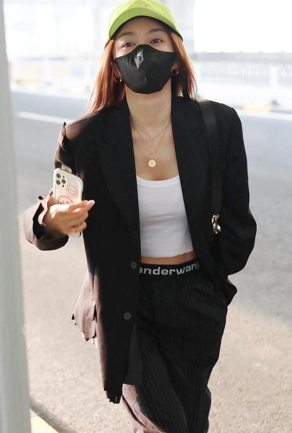 组图:秦岚机场现身元气满满,西装搭运动背心又飒又美