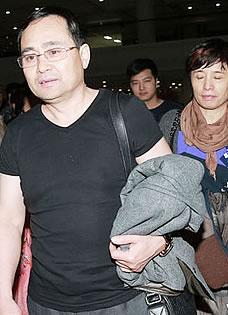 杨幂父母曝光 现身巴厘岛机场受追逐