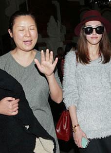 杨幂巴厘岛大婚 伴娘唐嫣抵达机场面带笑容