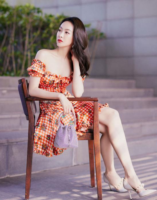 宋茜一身橘色抹胸裙点亮夏日 清爽甜蜜超心动