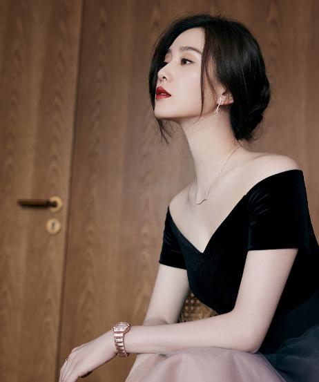 刘诗诗穿渐变纱裙演绎夏日浪漫,优雅盘发搭一字肩天鹅颈吸睛
