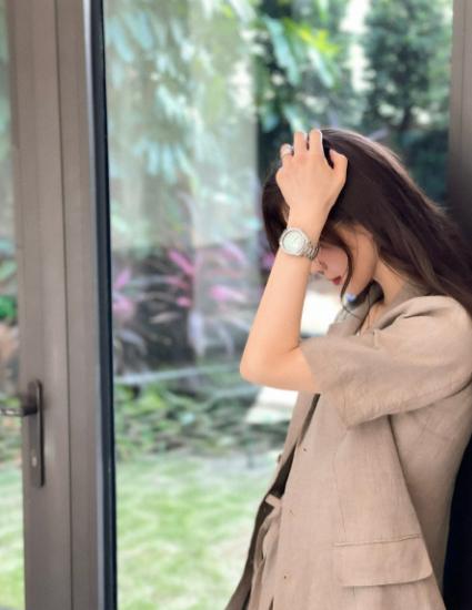 《【恒耀平台网】刘诗诗工作室放出收工花絮,身穿素色短袖西装搭短裤霸气而不失优雅》