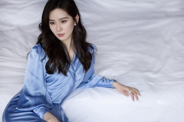 刘诗诗身穿蓝色连衣裙出席活动,神情舒展气质出众