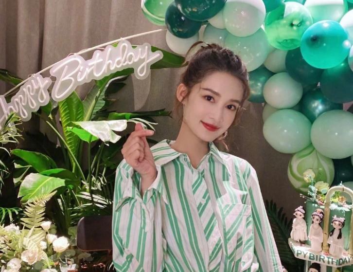 李沁庆生日,身穿绿色条纹衬衫配牛仔短裙